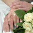 Foto Stock: Hands, rings and bouquet
