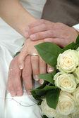 Ręce, pierścienie i bukiet — Zdjęcie stockowe
