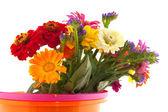 バケツでカラフルな花の花束 — ストック写真