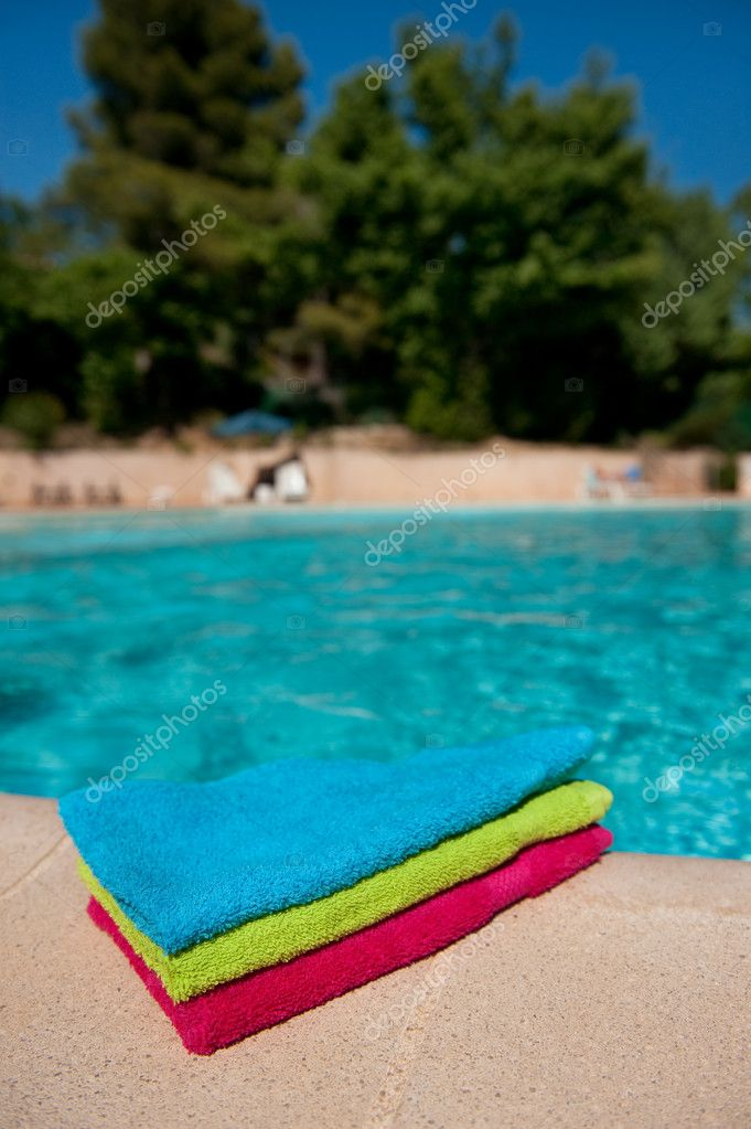 Colorful towels at the swimmingpool from the hotel — Stock Photo #4125385