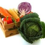 warzywa w drewnianej skrzyni — Zdjęcie stockowe