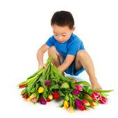 Asyalı çocuk çiçekli — Stok fotoğraf