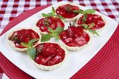 Delicioso pastel de fresa en mesa — Foto de Stock