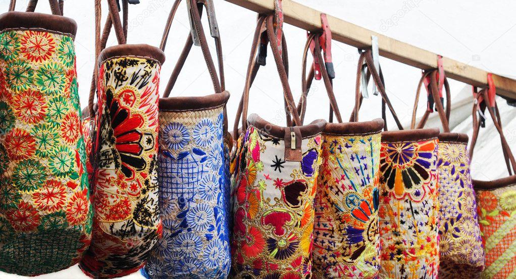 Bolsos bordados coloridos colgando en un puesto en el mercado, amsterdam\u2014 Foto de annavee