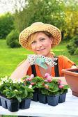Jovem mulher - jardinagem — Fotografia Stock