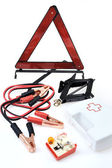 Emergency kit voor auto - ehbo-kit, auto jack, jumper kabels, waarschuwing tri — Stockfoto