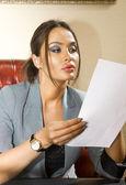 Mulher com folha de papel — Fotografia Stock