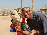 Su retrato camello y beduinos — Foto de Stock