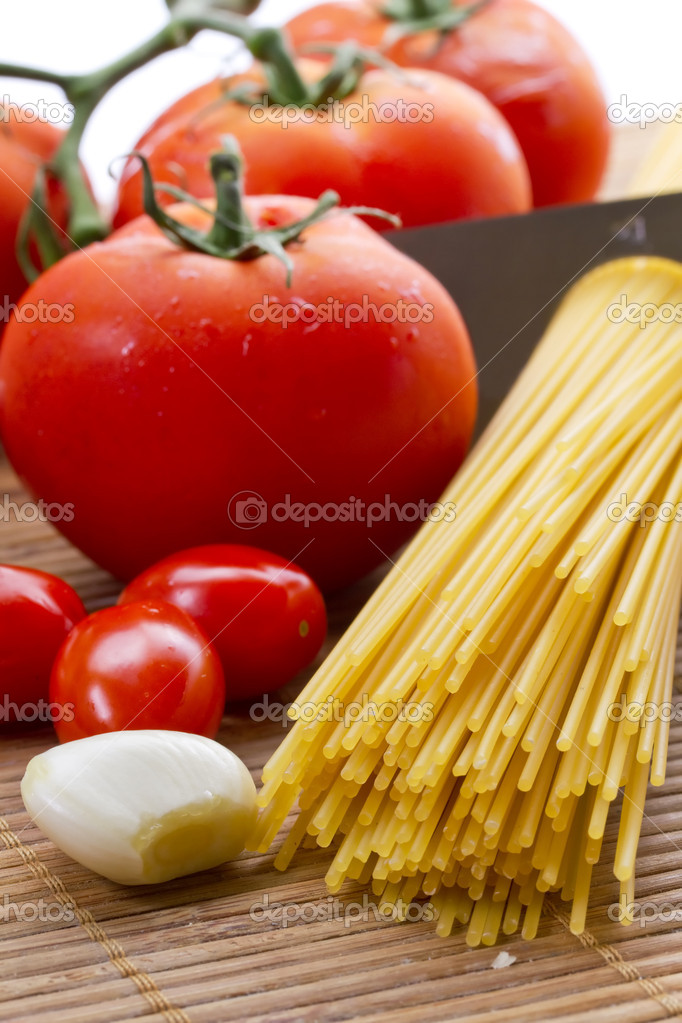 Composition of pasta, tomato and garlic — Stock Photo #4222448