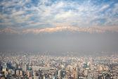 Birdeye vista dos andes e santiago, chile, vista do cerro san cristobal — Foto Stock