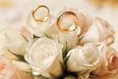 与花束结婚戒指 — 图库照片