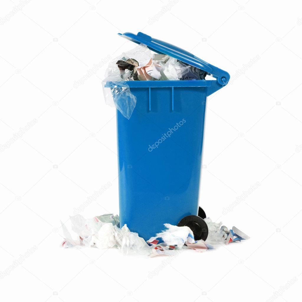 溢出蓝色垃圾桶