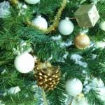 weihnachtsbaum verziert mit silbernen kugeln — Stockfoto #4484754