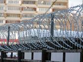 加上背景下的一家公寓铁丝网围栏 — 图库照片