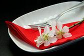 Tisch gedeckt für ein romantisches abendessen — Stockfoto