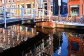 房子反射在运河的代尔夫特 — 图库照片