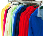 Multicolor sport shirts hanging in store — Stok fotoğraf
