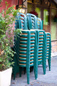 Stacked green plastic chairs — Stockfoto