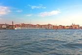 Seaview van venetië bij zonsondergangcon vistas al mar de venecia al atardecer. — Stockfoto
