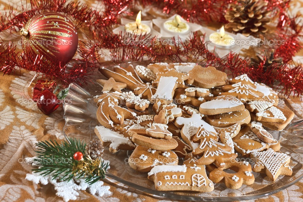 Plate full of Christmas gingerbreads - sweet food — Stock Photo #4233056