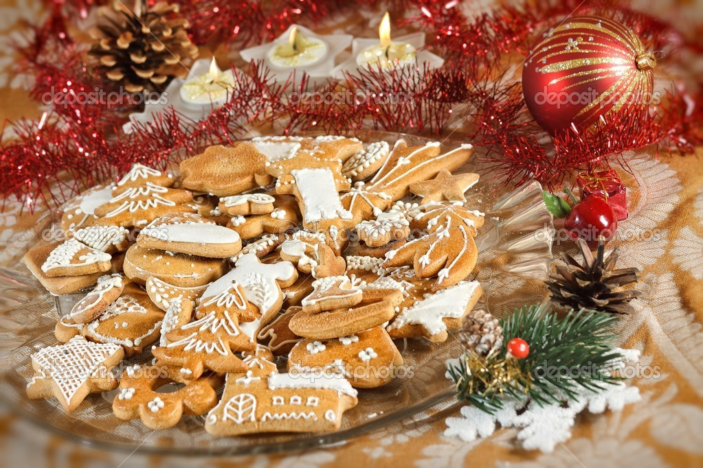 Plate full of Christmas gingerbreads - sweet food — Stock Photo #4233057