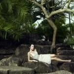 在热带森林中年轻黑发美女 — 图库照片