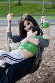 Matka swinging syna niepełnosprawnych — Zdjęcie stockowe