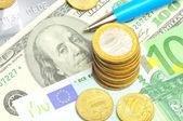 Concepto de pluma, los billetes y monedas — Foto de Stock
