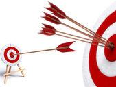 Arrow hitting directly in bulls eye — Stock Photo