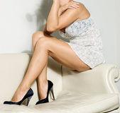 膝足のかかとの高い白いドレスでセクシーな女性 — ストック写真