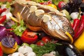 烤三文鱼配新鲜蔬菜 — 图库照片