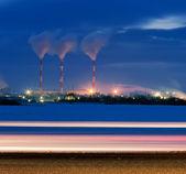 在晚上的炼油厂 — 图库照片