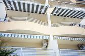 Turystyczne taras balkon z plandeka w słoneczny dzień — Zdjęcie stockowe