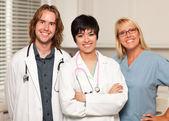 Tři usmívající se muž a žena lékařů a sester — Stock fotografie