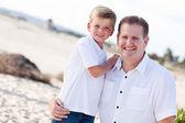 Plajda yakışıklı babasıyla şirin oğlu — Stok fotoğraf