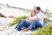 Привлекательные Кавказский пара, расслабляющий на пляже — Стоковое фото