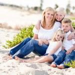 cazip anne ve sevimli çocukları sahilde — Stok fotoğraf