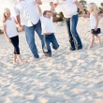 mutlu genç çocuk ailesiyle birlikte sallanan — Stok fotoğraf