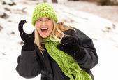 çekici bir kadın karda eğleniyor — Stok fotoğraf