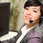 aantrekkelijke jonge gemengd ras vrouw glimlacht dragen hoofdtelefoon — Stockfoto