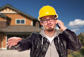 Müteahhit telefon evin önünde zor şapka — Stok fotoğraf