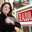 Female Hispanic Real Estate Agent, Se Alquila Sign and House — Stock Photo