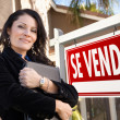 Female Hispanic Real Estate Agent, Se Vende Sign and House — Stock Photo #5164131