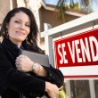 Female Hispanic Real Estate Agent, Se Vende Sign and House — Stock Photo