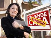 Female Hispanic Real Estate Agent, Vendido Se Vende Casa Sign an — Stock Photo