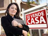 Female Hispanic Real Estate Agent, Se Vende Casa Sign and House — Stock Photo