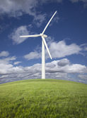 Wind Turbine Over Grass Field, Dramatic Sky and Clouds — Foto Stock