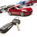 as chaves do carro e vários carros esportivos em branco — Foto Stock