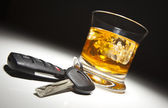Alcoolique boisson et voiture touches — Photo