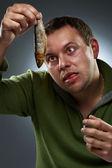 魚を見つめて空腹の男の肖像 — ストック写真